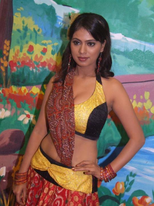 Sexy Actress Tejashree Voluptuous Boobs Show In Tight Blouse From Tamil Movie Kadhalna Summa Illai