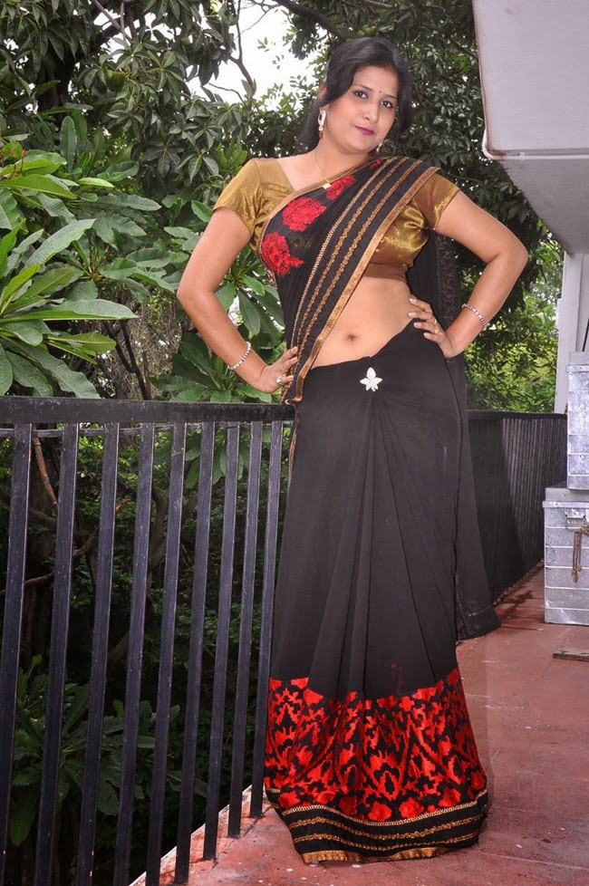 Hot Indian Aunty In Saree 9 Photos  Craziest Photo Collection-6352