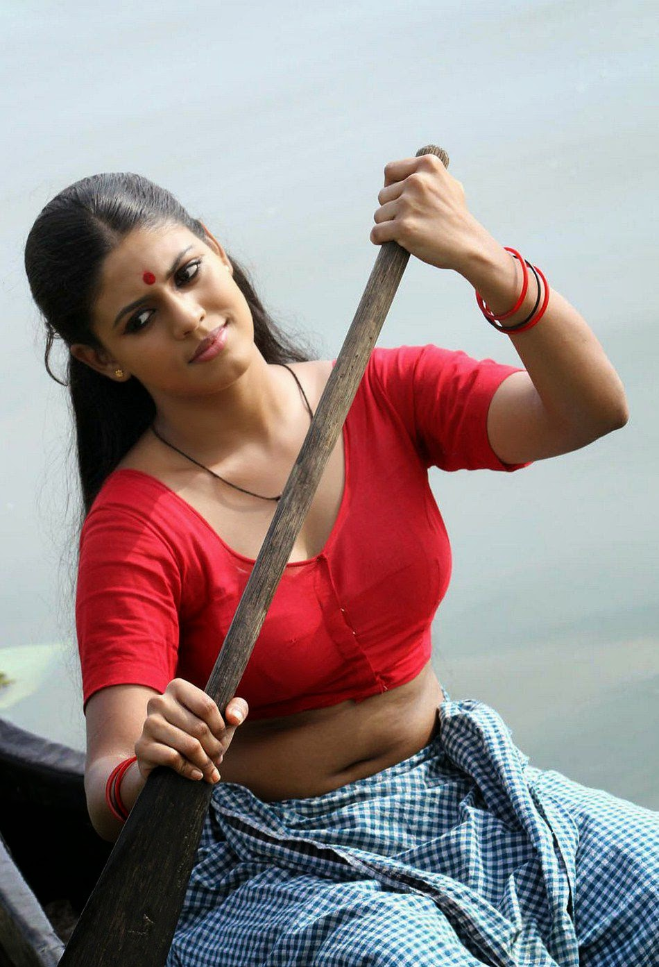 Iniya actress navel show